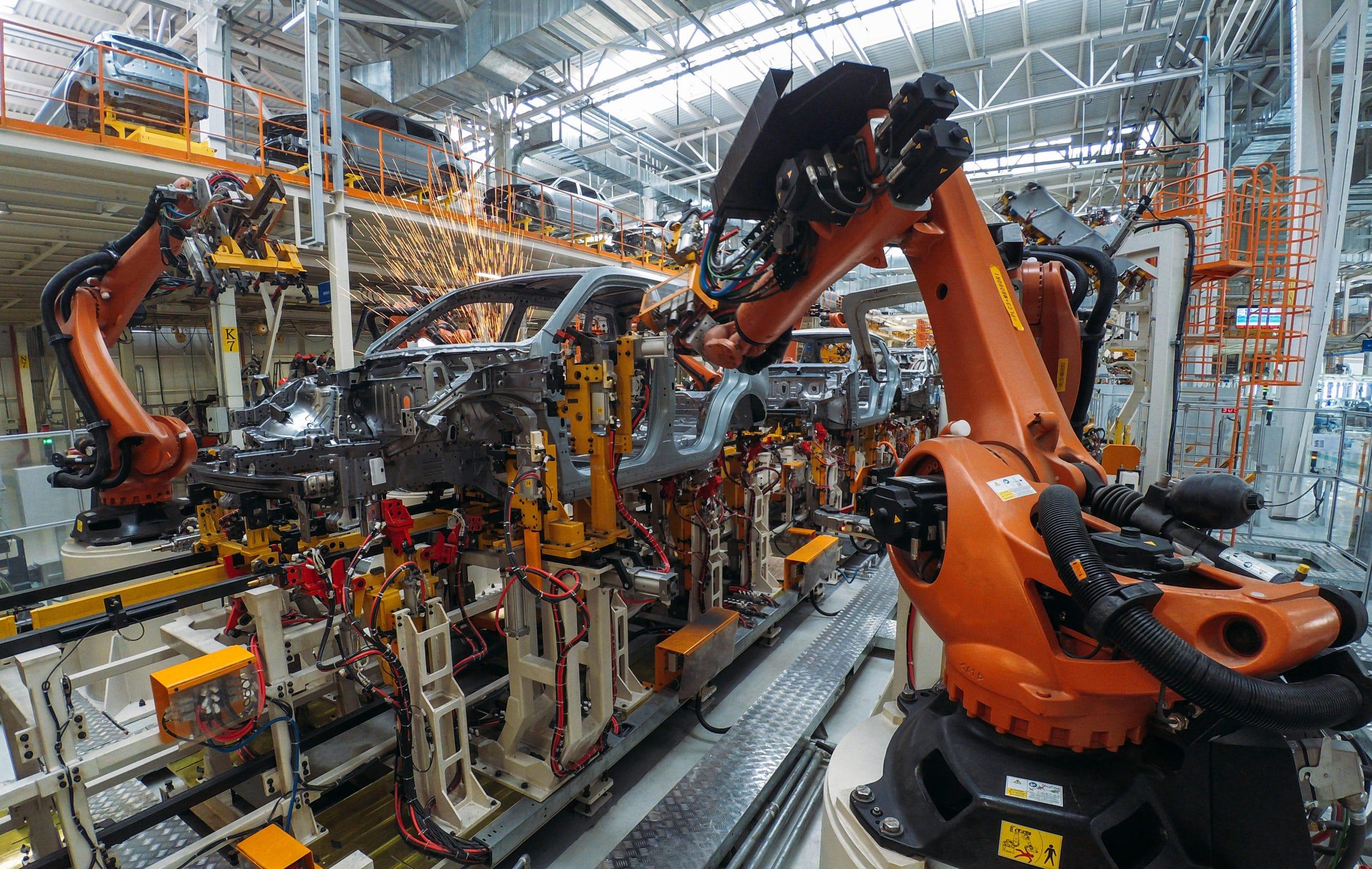 كيف يساعد الروبوت في عملية تصنيع السيارات