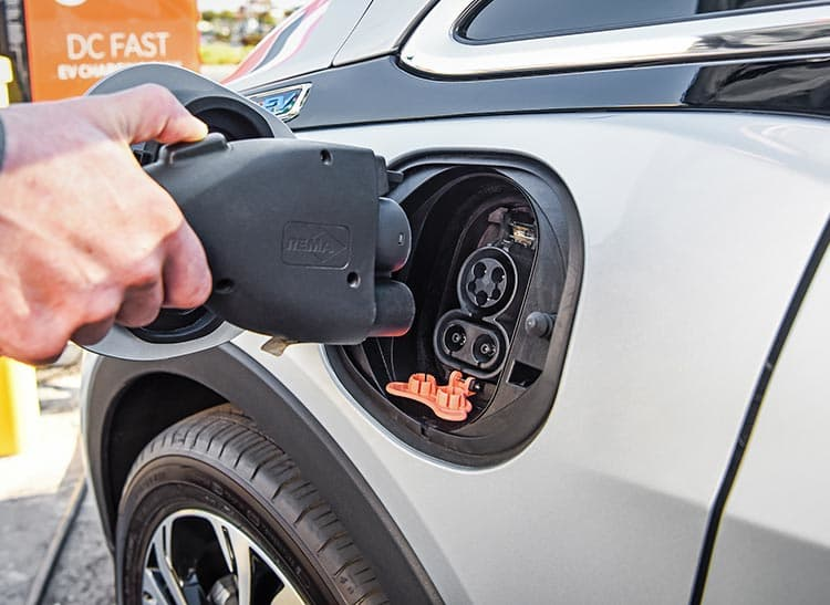 المهندس منير لياتي يوضح 5 أسباب لتحويل السيارات الكهربائية